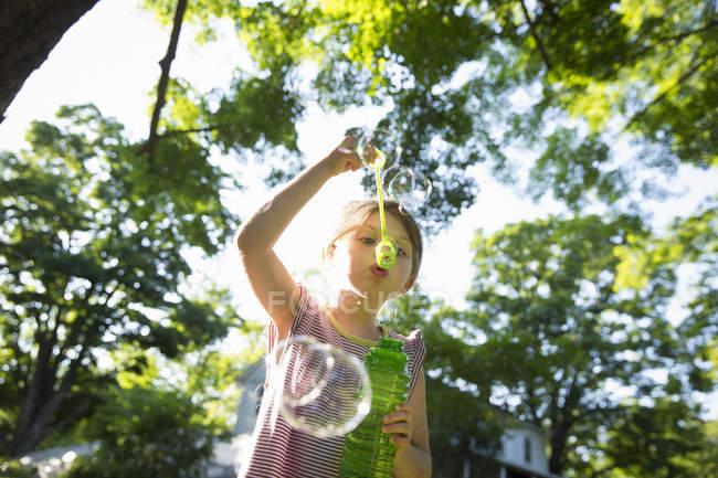 Mädchen pustet Blasen in die Luft — Stockfoto