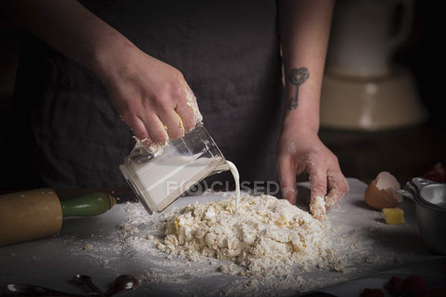 Woman preparing dough for biscuits — Stock Photo