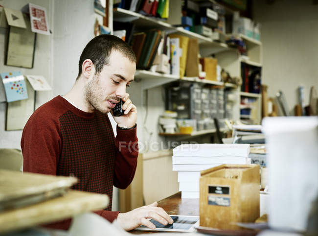 Man in a small bookbinding workshop. — Stock Photo