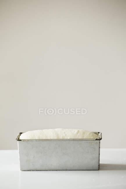 Massa de pão no cozimento de estanho — Fotografia de Stock
