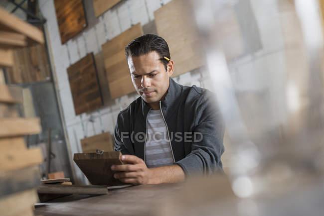Junger Mann in der Werkstatt — Stockfoto