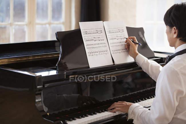 Man sitting at a grand piano — Stock Photo