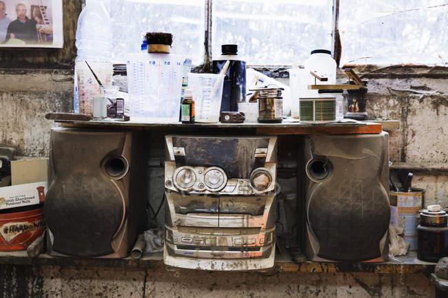 Système stéréo compact dans un atelier de menuiserie — Photo de stock