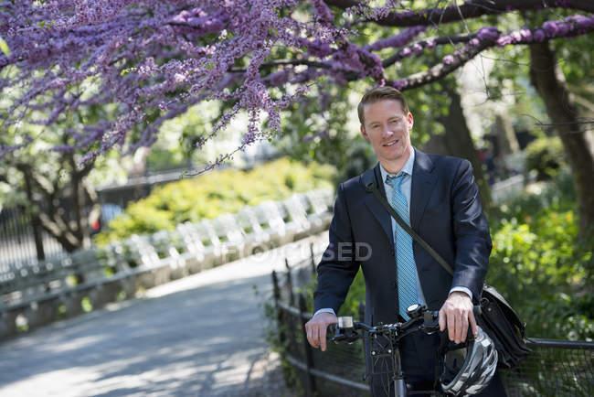Homme d'affaires assis à vélo — Photo de stock