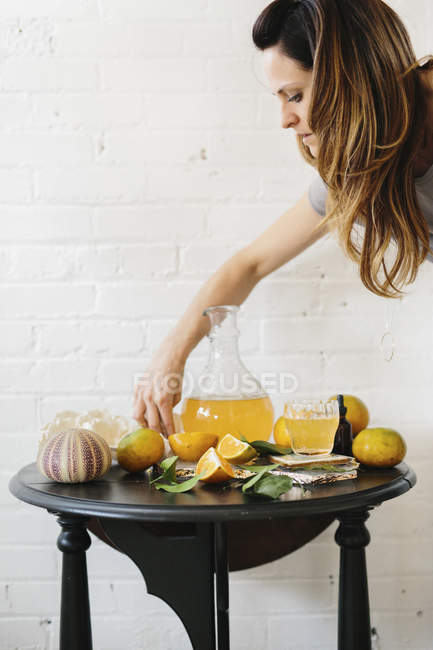 Woman cutting oranges — Stock Photo