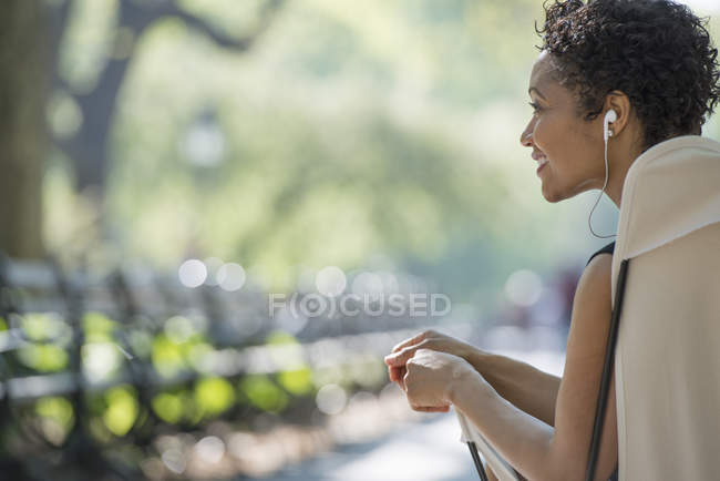 Woman in city park. — Stock Photo