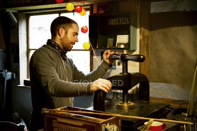 Homem usando uma prensa de impressão — Fotografia de Stock