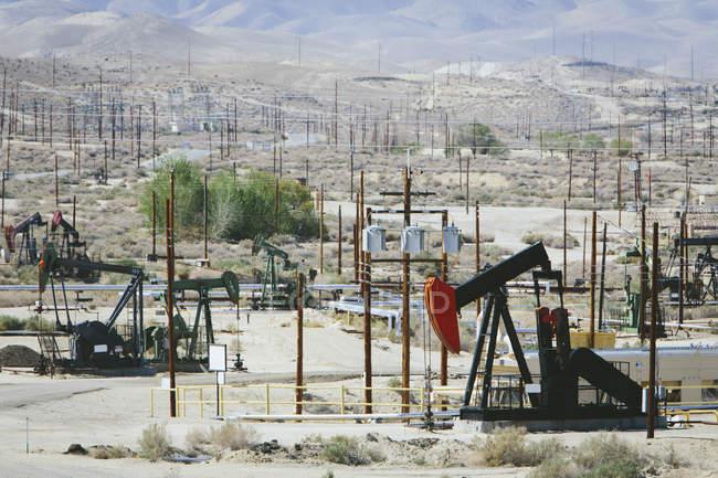 Сира нафта видобувається з нафтових родовищ — стокове фото