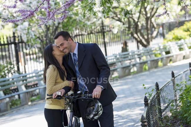 Homme d'affaires à cheval vélo avec casque à la main — Photo de stock