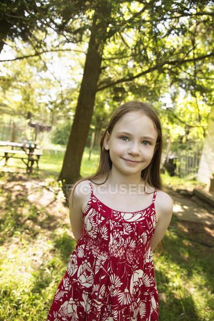 Дівчина у тіні дерев — стокове фото