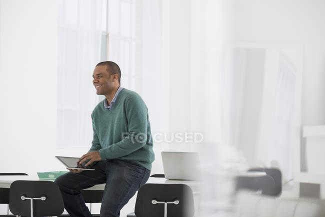 Man holding digital tablet — Stock Photo