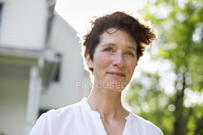 Reife Frau lächelt in die Kamera — Stockfoto