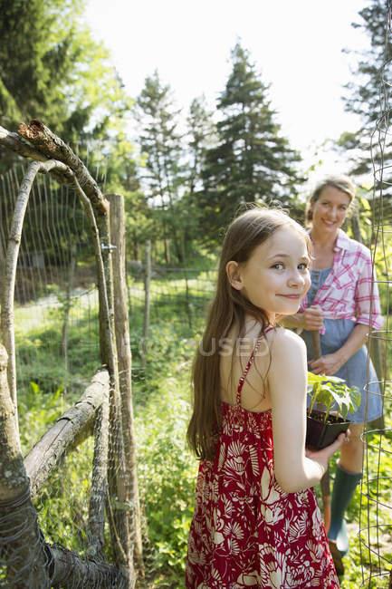Frau und Kind am Tor offen stehen — Stockfoto