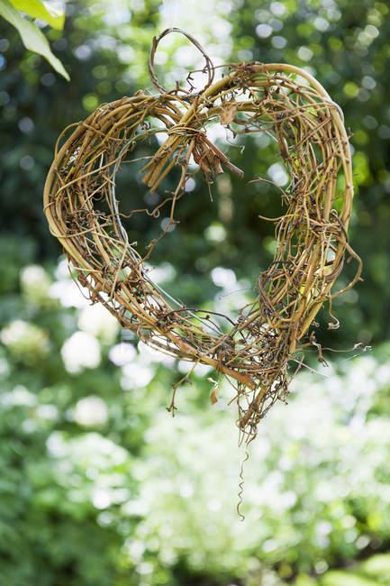 Herzform aus Zweigen gemacht — Stockfoto