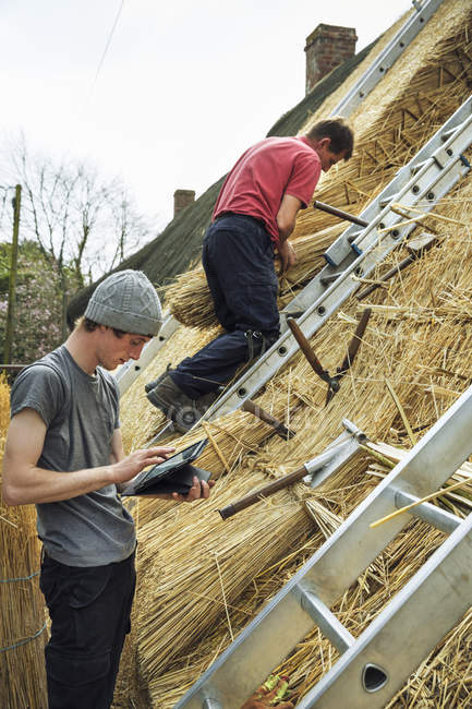 Thatchers thatching roof — Stock Photo