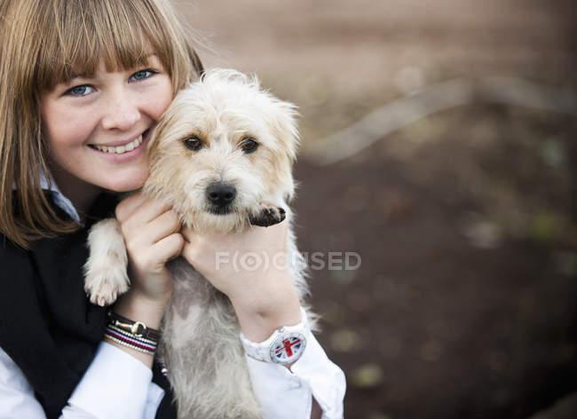 Donna abbraccio peloso terrier cucciolo — Foto stock