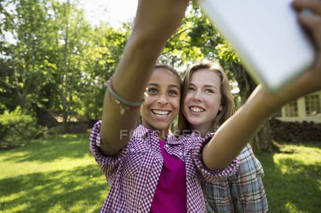 Zwei Mädchen, die unter selfie — Stockfoto