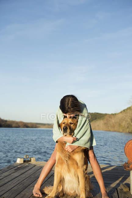 Дівчина обіймаються золотистий ретрівер собака. — стокове фото