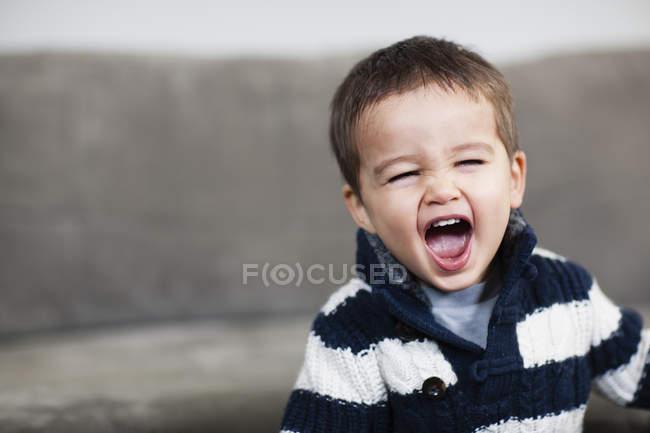 Junge, den Mund weit zu öffnen — Stockfoto