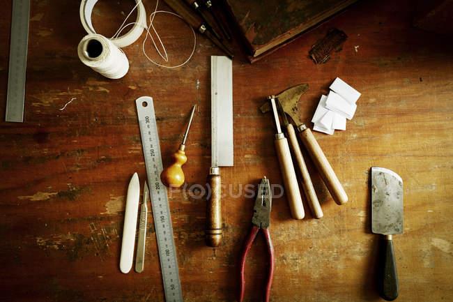 Workbench з ручними інструментами для палітурне. — стокове фото