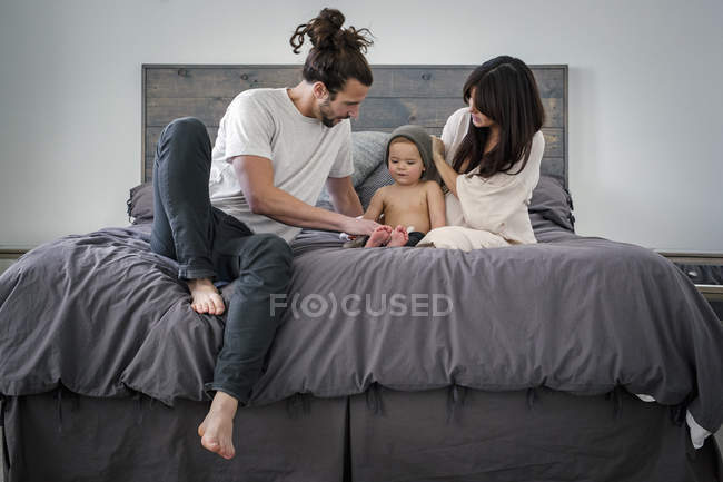 Young couple and their young son — Stock Photo