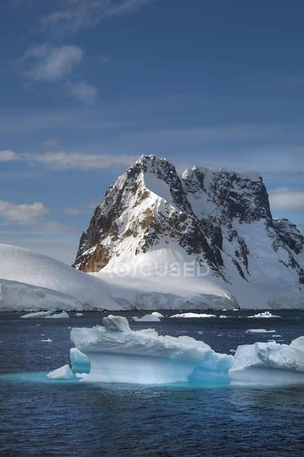 Айсбергів плаває у воді — стокове фото