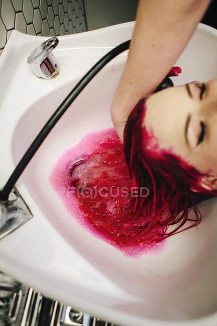Cliente salone femminile capelli risciacquati — Foto stock