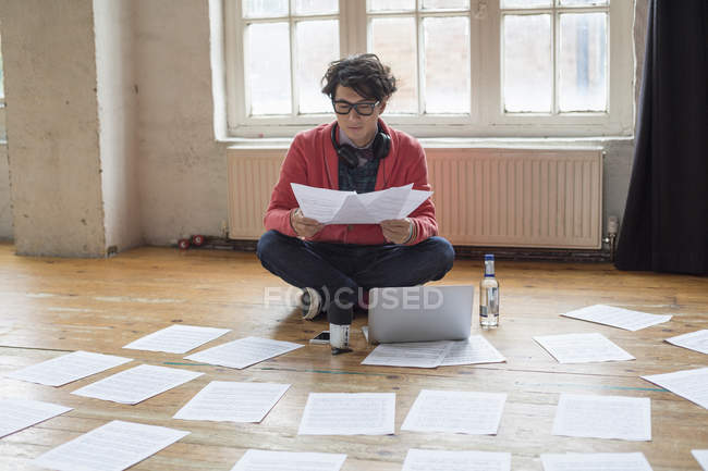 Man sitting on floor in rehearsal studio — Stock Photo