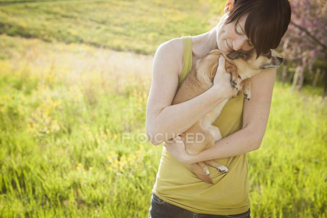 Donna che tiene il cane — Foto stock