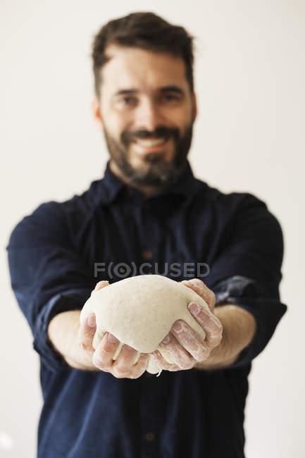Пекарь держит хлебное тесто — стоковое фото