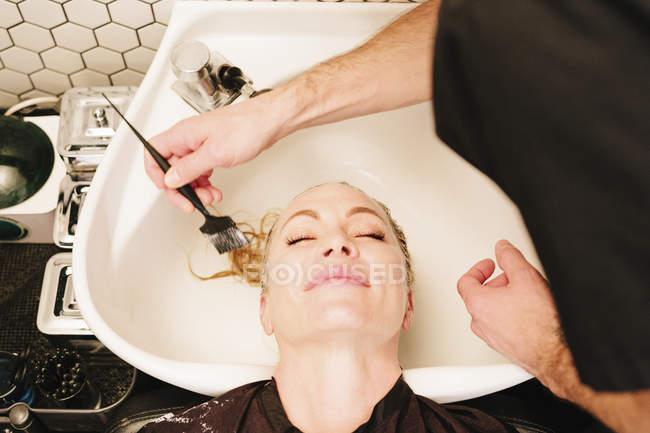 Cliente femminile che ha il trattamento dei capelli — Foto stock