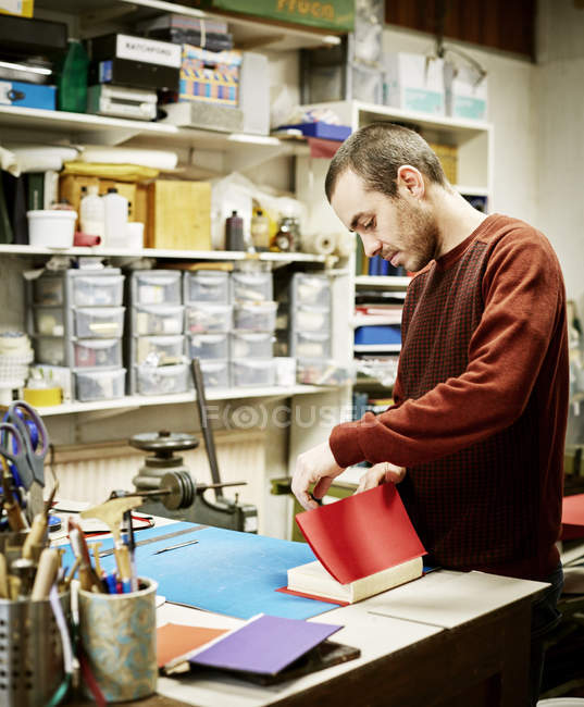 Man workng in a bookbinding workshop. — Stock Photo