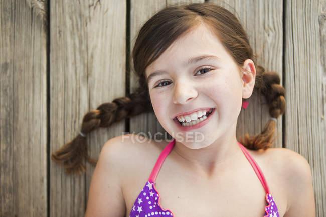 Joven chica acostada en un embarcadero - foto de stock