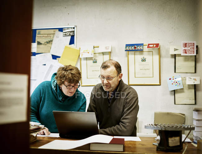 People workng in a bookbinding workshop. — Stock Photo