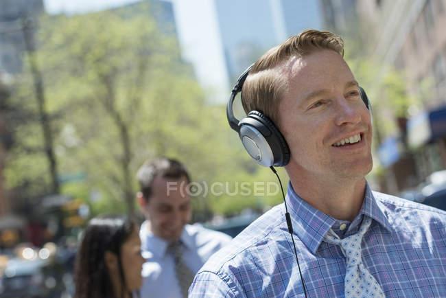 Man listening to music on headphones — Stock Photo