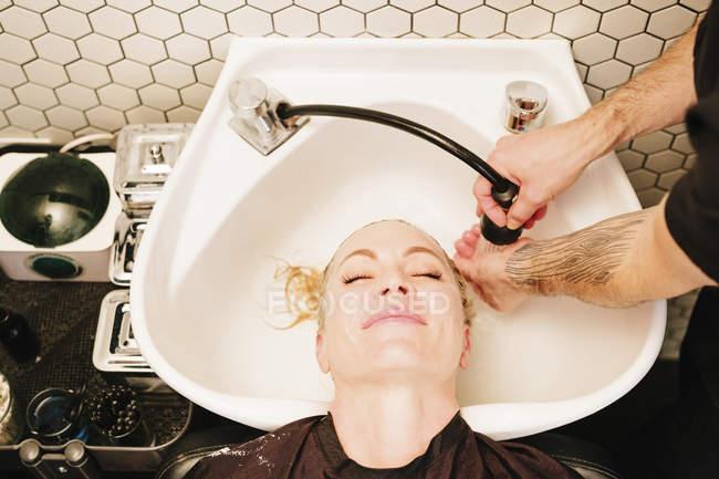 Cliente femminile a salone di capelli — Foto stock