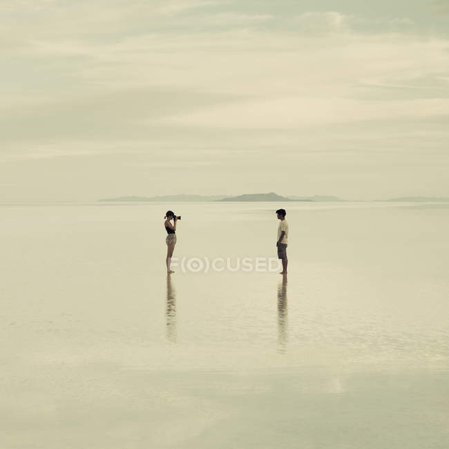 Couple on flooded Bonneville Salt Flats — Stock Photo