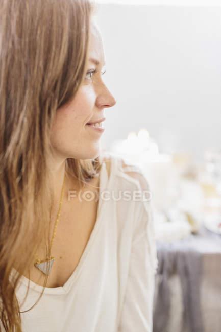 Жінка з довге каштанове волосся — стокове фото