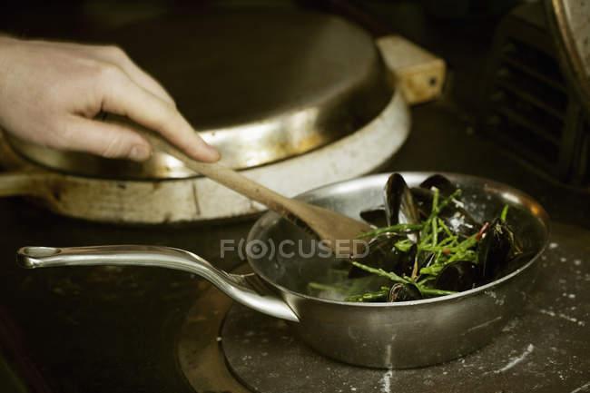 Chef stirring Black Mussels — Stock Photo