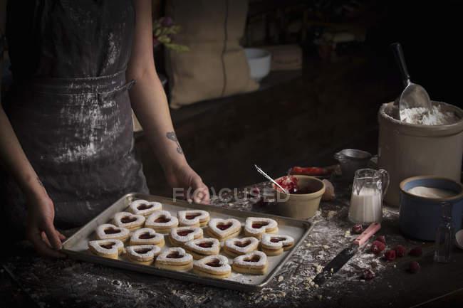 Plaque de cuisson avec biscuits en forme de coeur — Photo de stock