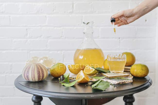Krug mit Orangensaft und frischen Früchten — Stockfoto