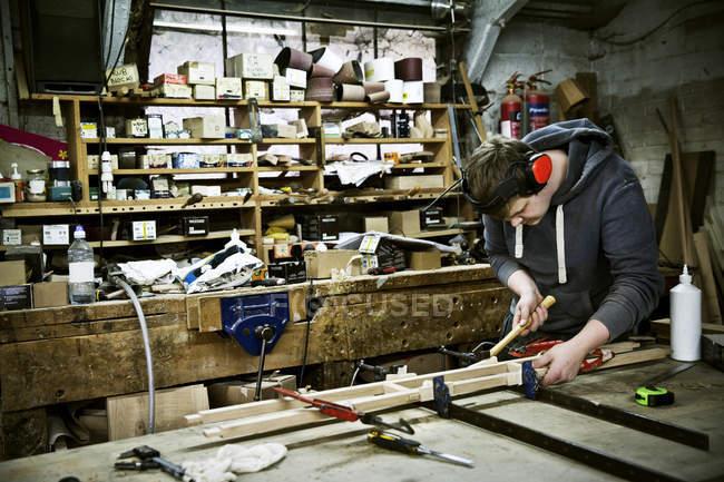 Людина, що працюють в меблевий цех. — стокове фото