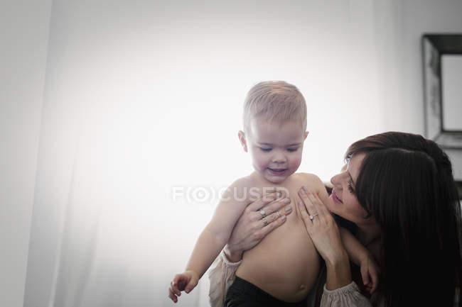 Frau spielt mit Sohn. — Stockfoto