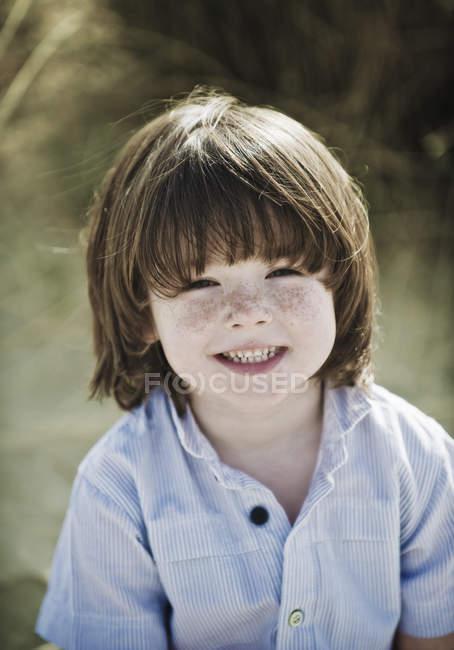 Молодий хлопчик дивлячись на камеру — стокове фото