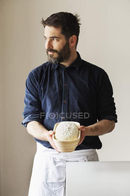 Panettiere con una pagnotta appena sfornata — Foto stock