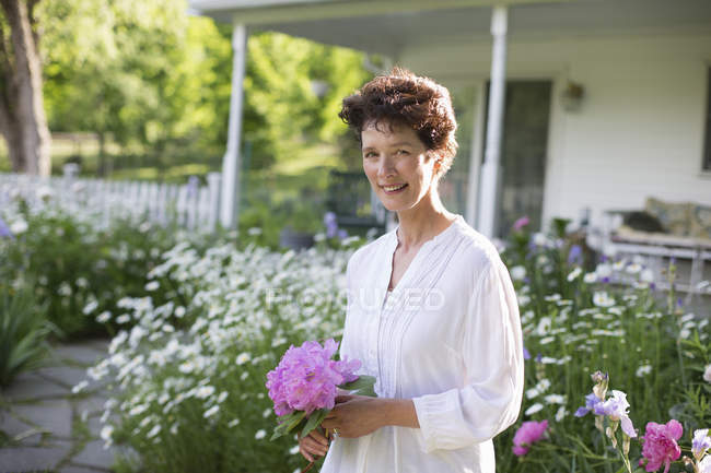 Woman holding bunch of flowers — Stock Photo