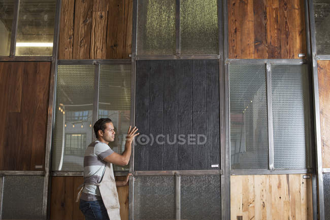 Молодой человек в мастерской — стоковое фото