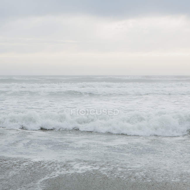 Breaking waves on Pacific Ocean — Stock Photo