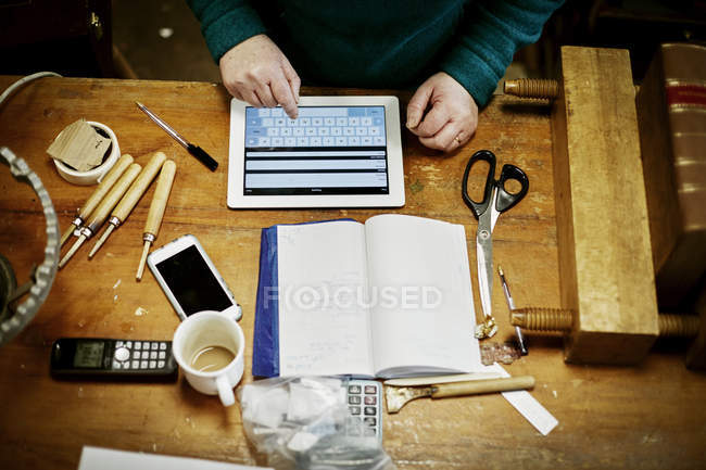 Person sitting at a workbench — Stock Photo