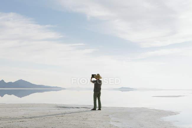 Людина в Боннвіль сіль Flats — стокове фото